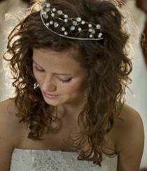 Acconciatura sciolta con filo di punti luce per la sposa