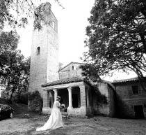 Sposa all'entrata della Chiesa di Santa Pudenziana di Visciano