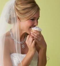 Sposa che si concede un dolce