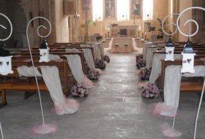 Allestimento della chiesa per il matrimonio - LeMieNozze.it