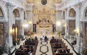 Rito del matrimonio misto con sacerdote in chiesa - ClickArt Foto