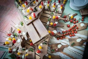 Buffet di nozze serviti su taglieri di legno - Divinamente Eventi