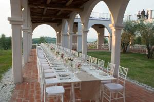 Tavolo imperiale con mise en place bianca e ocra - Divinamente Eventi