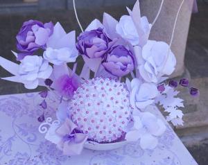 Centrotavola realizzato con fiori di carta lilla - Daniela Paper Wedding and... more