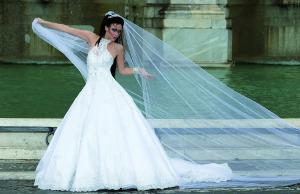Modello 1: abito da sposa con collo alto in pizzo e Swarovski