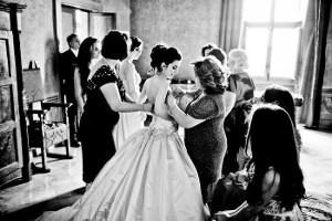 Le amiche aiutano la sposa a prepararsi - Foto di Flavio Bandiera Photographer