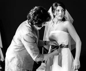 La sposa entra nel suo abito - Foto di Emiliano Cribari Fotografo