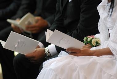 Gli sposi tengono in mano il libretto durante la messa