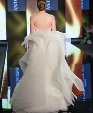 Abito da sposa con veli di tulle sul retro - Collezione 2016 Antonio Riva