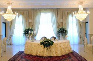 Il tavolo degli sposi nella sala interna di Villa Fano del Poggio