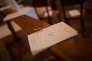 I libretti messa posizionati sui banchi della chiesa