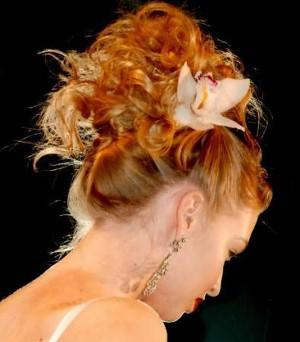 Acconciatura da sposa con fiore - Magia nelle Mani