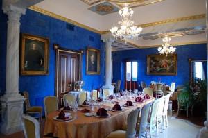 Sala interna di Dimora Sovrana con affreschi alle pareti