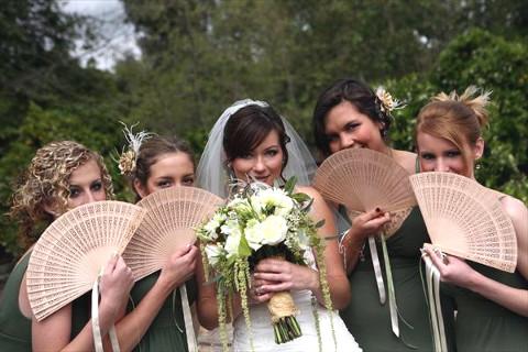 La sposa e le sue damigelle con i ventagli