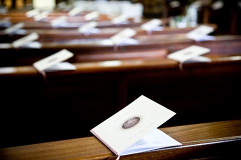 Libretti messa sui banchi della chiesa