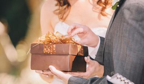 Gli sposi ricevono un regalo dalla lista di nozze