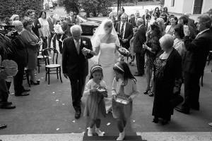 La sposa entra in chiesa accompagnata dal padre - OD 2 Photo - Obiettivo Digitale