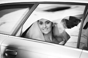 La sposa nella macchina da cerimonia arriva in chiesa - Antonio Fascicolo Photographer Wedding