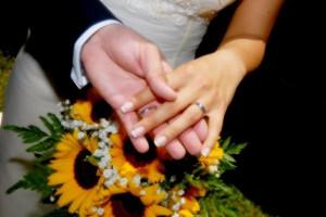 Gli sposi mostrano le fedi nuziali - Federico Porta Fotografo per matrimoni