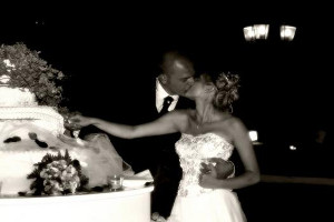 Gli sposi tagliano la torta dandosi un bacio - Federico Porta Fotografo per matrimoni