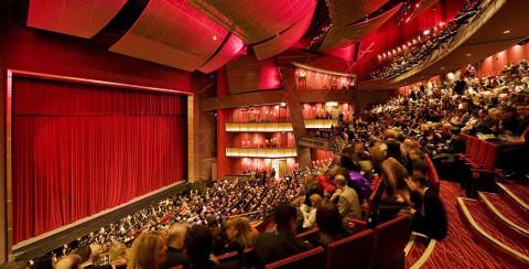 Serata a teatro per il primo anniversario di matrimonio