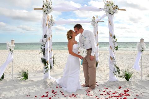 Matrimonio sulla spiaggia in estate