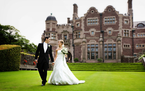 Gli sposi nella location nel giorno del matrimonio