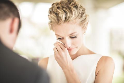 La sposa si asciuga le lacrime di commozione con i fazzoletti personalizzati