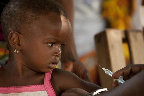 Bambino vaccinato grazie alle bomboniere solidali dell'UNICEF