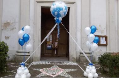 Arco con i palloncini all'uscita dalla chiesa