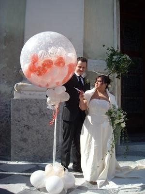 Mongolfiera di palloncini a scoppio per gli sposi