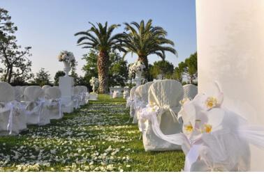 Allestimento white per un matrimonio all'aperto