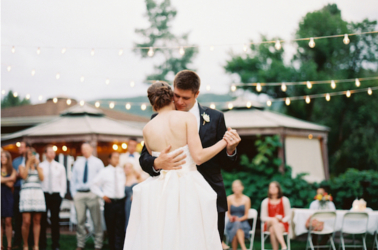 Sposi che ballano in giardino