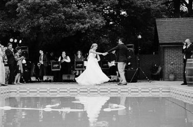 Il ballo degli sposi a bordo piscina