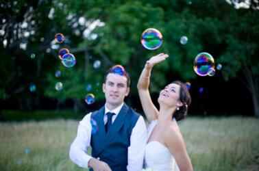 Gli sposi di divertono con le bolle di sapone