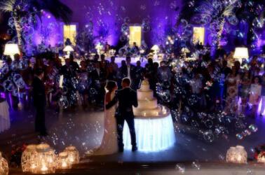 Lancio delle bolle di sapone per il matrimonio