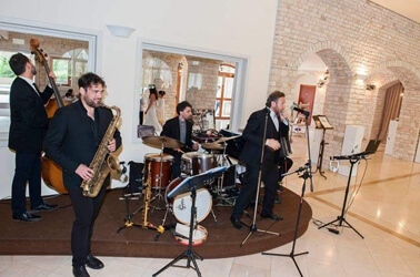 Band swing che suona a un matrimonio
