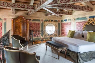 Camera da letto con arredi di lusso
