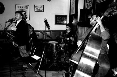 Band che suona con contrabasso