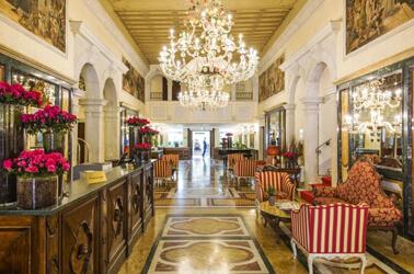 Sala di lusso con marmi e affreschi veneziani