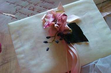 Partecipazioni di nozze con fiore in tessuto