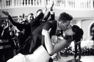 Sposi che ballano e si baciano