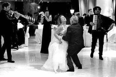 Sposa e invitato ballano insieme