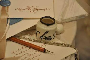 Scrittura a mano dei biglietti di ringraziamento per le nozze