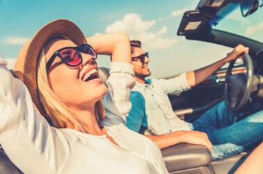Coppia in auto che si rilassa