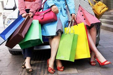 Donne con buste che fanno shopping insieme