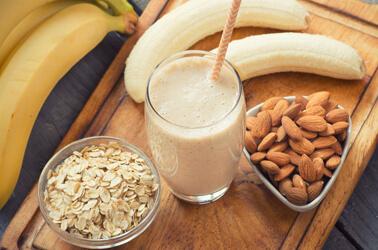 Alimenti sani come banane, mandorle e frutta