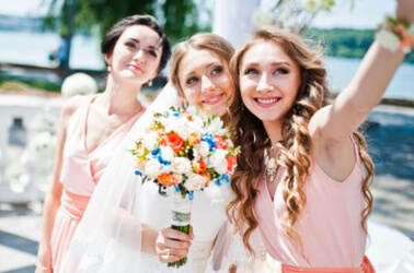 Selfie della sposa con le damigelle d'onore