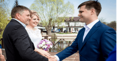 padre della sposa con lo sposo