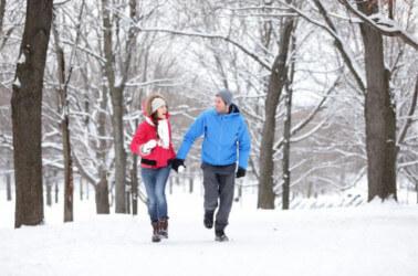 Passeggiata romantica sulla neve